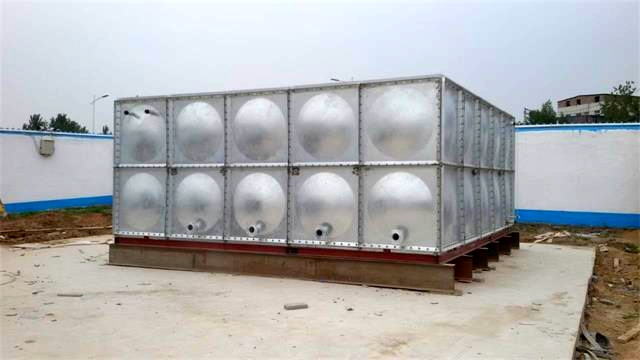 郑州市管城回族区席村镀锌钢板水箱安装例证